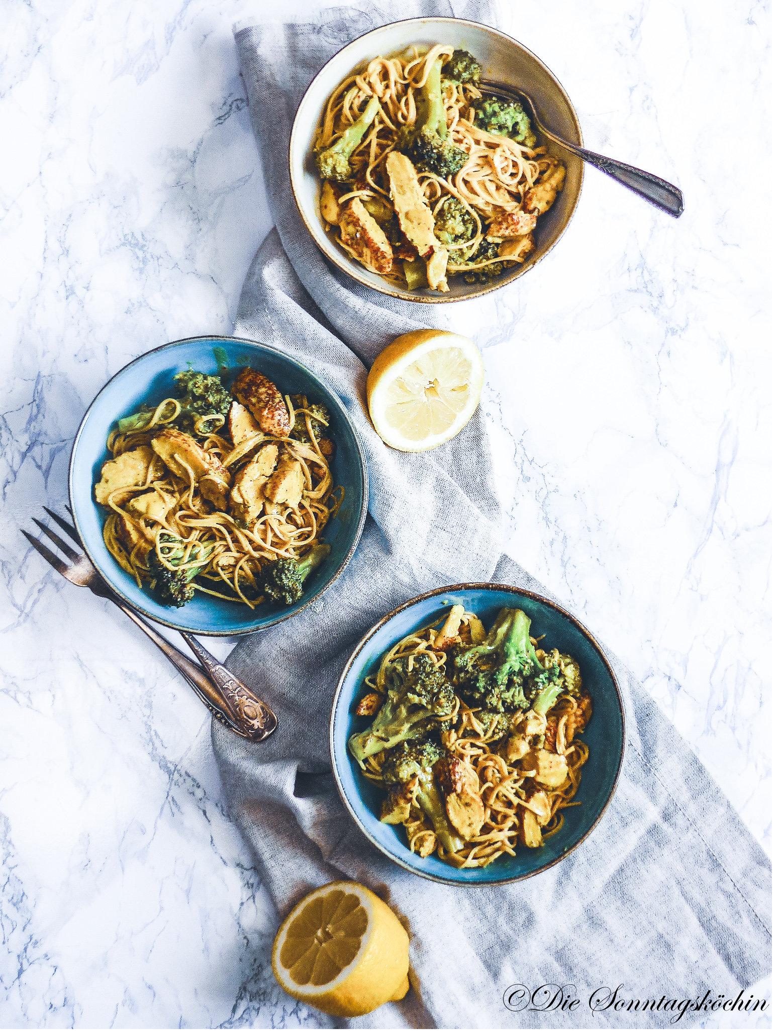 Pikante Pasta Currypfanne mit Brokkoli & Hähnchen