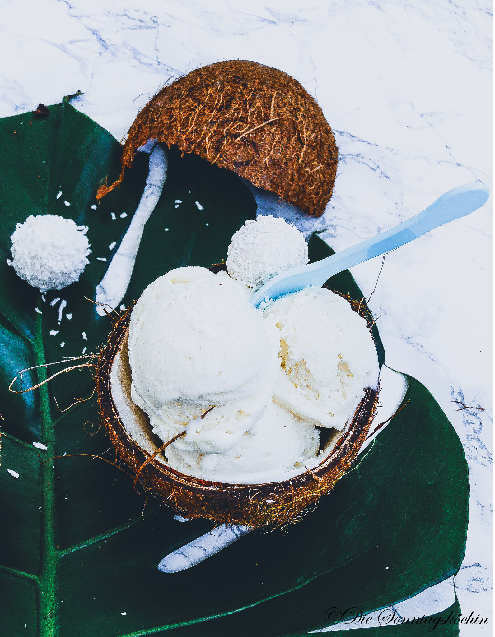Kokoseis mit weißer Schokolade und extra Kokosraspeln