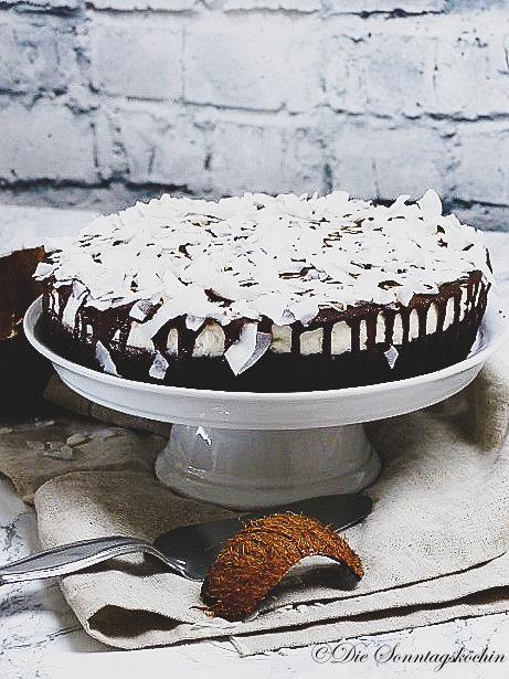 Schokoladenkuchen mit Kokoscreme & Kokosraspel
