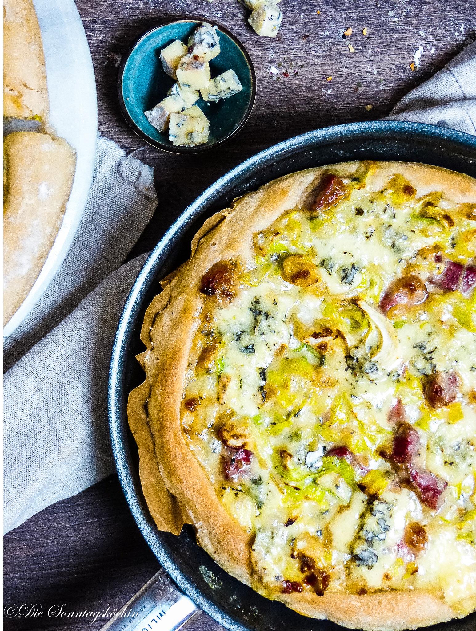 Pfannen Pizza mit Spitzkohl & Blauschimmelkäse