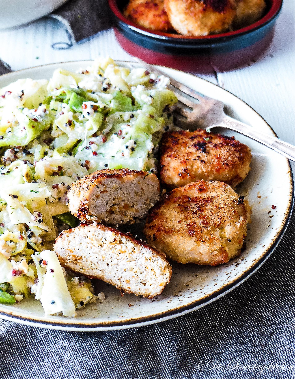 Hähnchen-Möhren Frikadelle mit Spitzkohl-Quinoa Salat